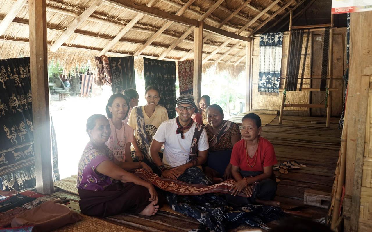 Didiet Maulana dan mama-mama penenun kain tenun ikat Sumba Timur